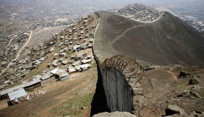 El muro desgraciado entre Casuarinas y Vista Hermosa en San Juan de Miraflores. ¡Qué mala es la gente por la ptmre!
