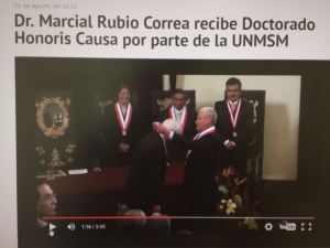 Pedro Cotillo entregando Doctorado Honoris Causa a Marcial Rubio.